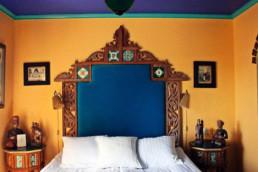 Ett av Stora Hotellets mysiga boende, med färgglad inredning av orange och blått.