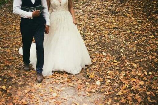 Bröllopspar i höstmiljö.