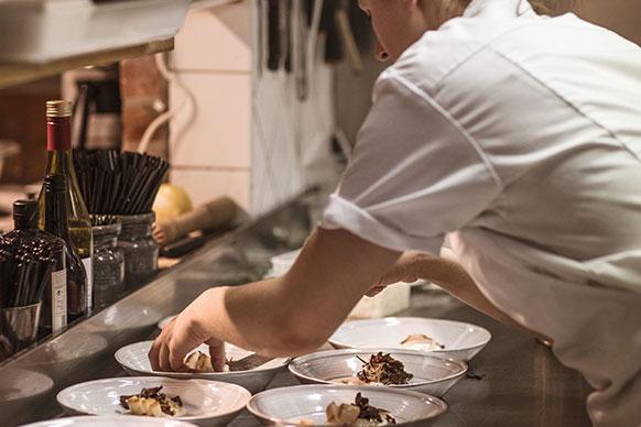 Kock förbereder matträtt.