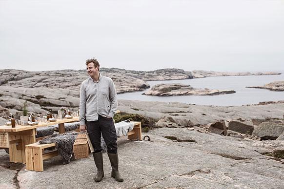 Thomas Sjögren står på en klippa i Fjällbackas skärgård.