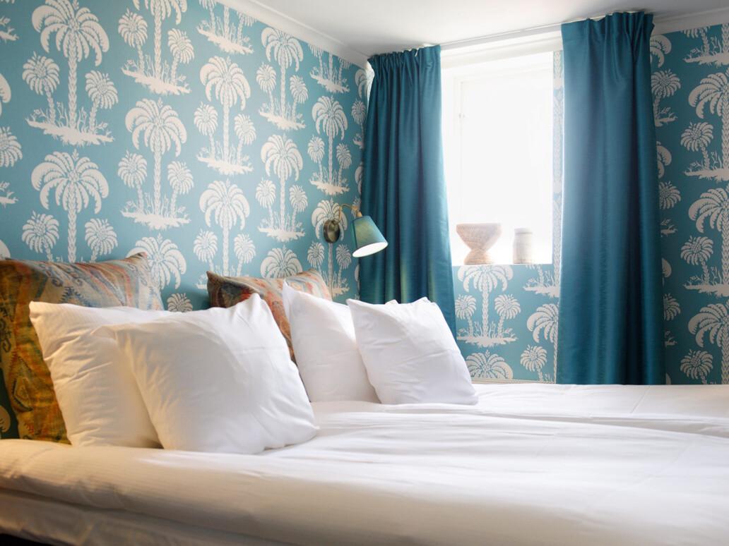 hotellrum med blå tapet
